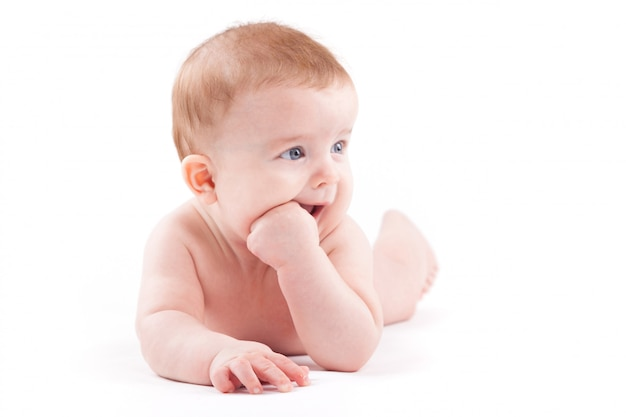 Piękna Mały Chłopiec W Białej Pieluszce Leży Na Brzuchu Premium Zdjęcia