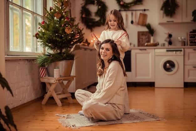 Piękna Mama I Córka W Pobliżu Choinki Premium Zdjęcia