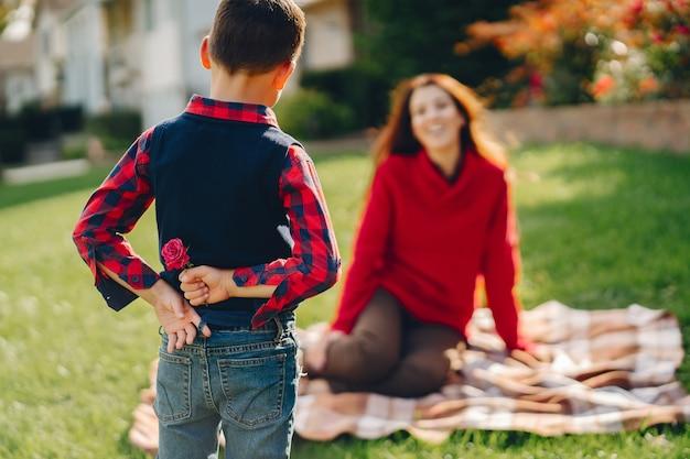 Piękna mama z małym synkiem Darmowe Zdjęcia