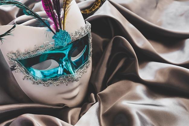 Piękna Maska z Piórami Na Jedwabiu Darmowe Zdjęcia