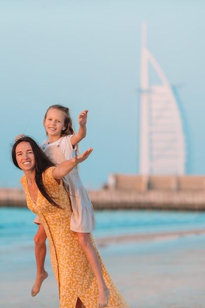 Piękna Matka I Córka Przy Plażą Cieszy Się Wakacje. Premium Zdjęcia