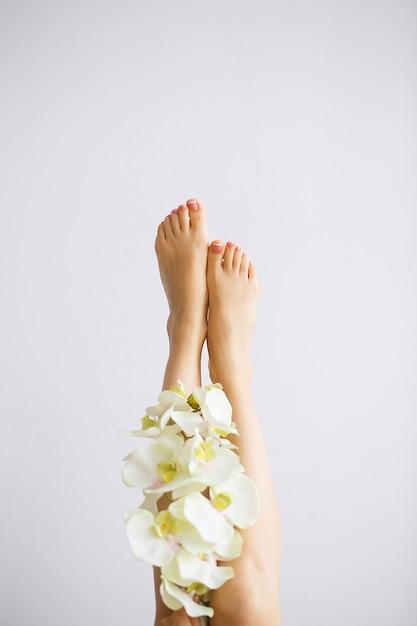Piękna miękka skóra. zbliżenie długich nóg kobiety z doskonałą bezwłosą gładką i jedwabistą skórą. depilacja, pielęgnacja urody s Premium Zdjęcia