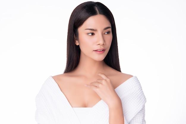 Piękna młoda azjatycka kobieta z czystą i świeżą skórą szczęście i wesoły. na białym tle, kosmetyki i kosmetyki. Premium Zdjęcia