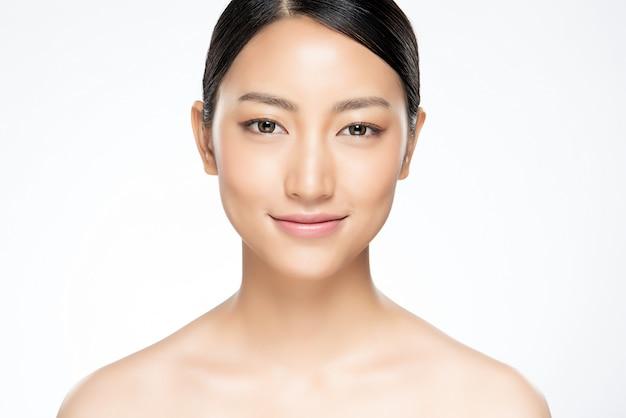 Piękna Młoda Azjatycka Kobieta Z Czystą świeżą Skórą Premium Zdjęcia