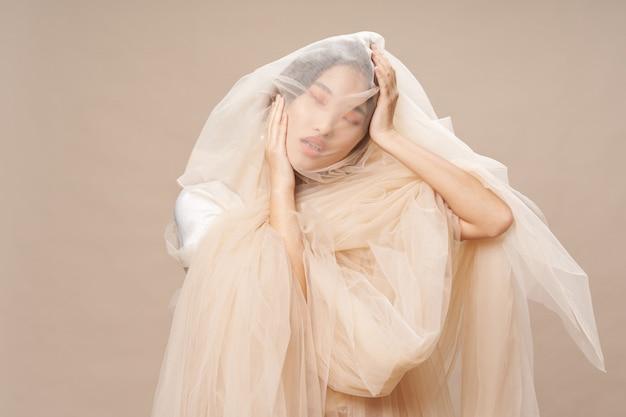 Piękna Młoda Azjatykcia Kobieta Pozuje W Eleganckim Odziewa Premium Zdjęcia
