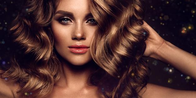 Piękna Młoda Brunetka Z Makijażem I Kręconymi Włosami Premium Zdjęcia