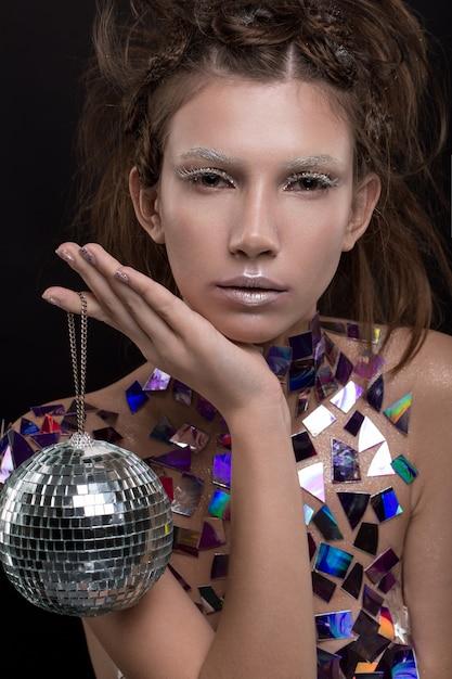 Piękna młoda caucasian kobiety mienia dyskoteki piłka Premium Zdjęcia