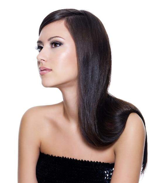 Piękna, Młoda, Dorosła Dziewczyna Z Długie Proste Piękno Włosów Pozowanie Na Białym Tle Darmowe Zdjęcia