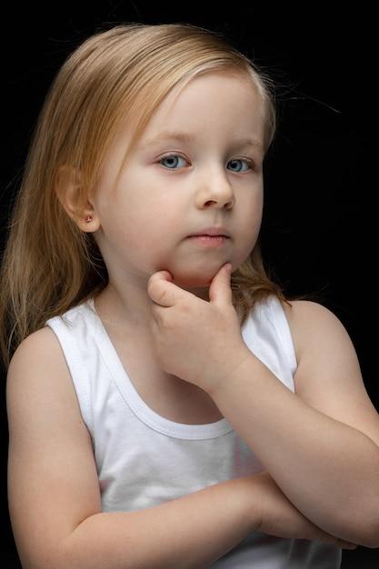 Piękna, Młoda Dziewczyna Patrzy Do Przodu I Myśli O Czymś Darmowe Zdjęcia