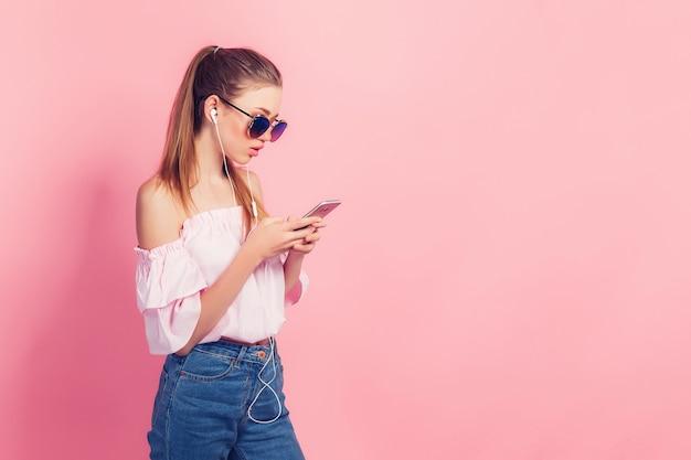 Piękna Młoda Dziewczyna Słucha Muzyczną Pozycję Na A W Hełmofonach Premium Zdjęcia