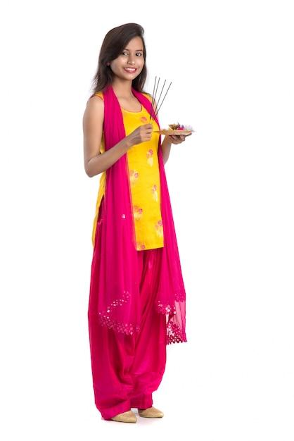 Piękna, Młoda Dziewczyna Trzyma Pooja Thali I Wykonywania Kultu Premium Zdjęcia