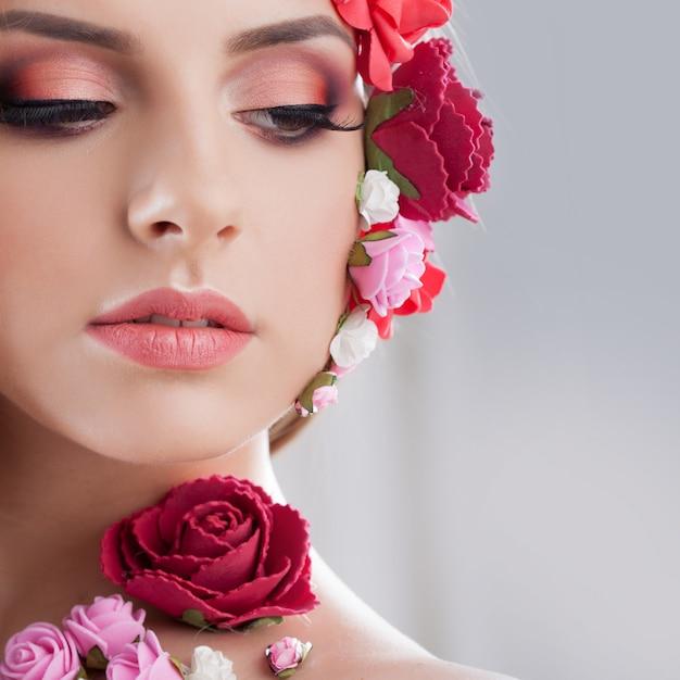 Piękna Młoda Dziewczyna Z Aplikacją Kwitnie Na Twarzy. Premium Zdjęcia