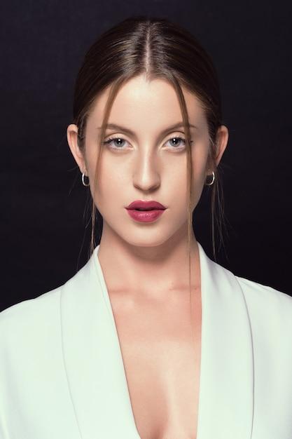 Piękna, Młoda Dziewczyna Z Zielonymi Oczami Patrząc Prosto Przed Siebie Premium Zdjęcia