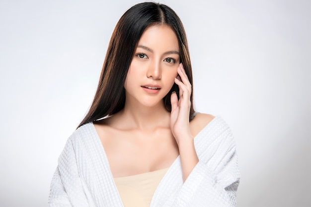 Piękna młoda kobieta azji z czystą, świeżą skórą Premium Zdjęcia