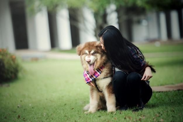 Piękna Młoda Kobieta Bawić Się Z Jej Małym Psem W Parku Outdoors. Portret Stylu życia. Darmowe Zdjęcia