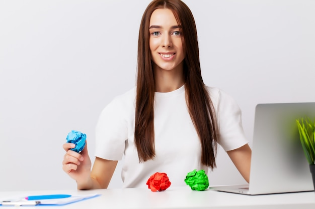 Piękna Młoda Kobieta Demonstruje Na Tematy Koncepcję Rozwoju Biznesu Premium Zdjęcia