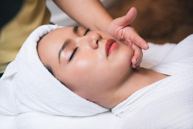 Piękna Młoda Kobieta Dostaje Zdroju Masażu Salon Premium Zdjęcia