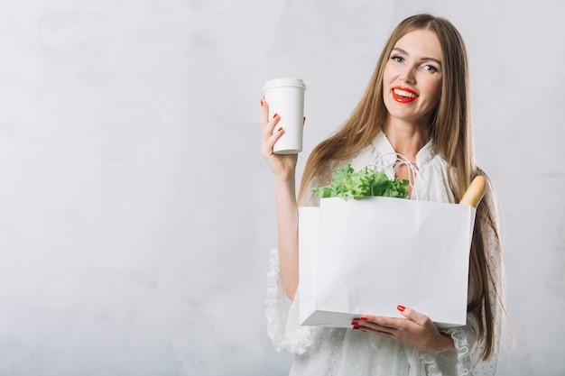 Piękna Młoda Kobieta Gospodarstwa Torby Na Zakupy Spożywcze Darmowe Zdjęcia
