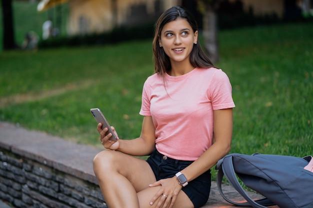 Piękna Młoda Kobieta Hipster Za Pomocą Smartfona W Opakowaniu Darmowe Zdjęcia