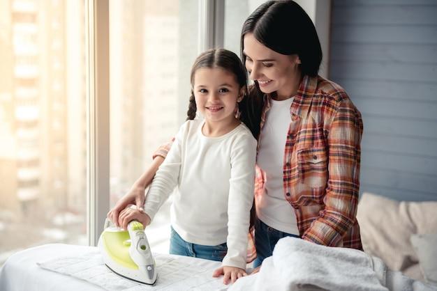 Piękna Młoda Kobieta I Jej Córeczka Są Uśmiechnięte Premium Zdjęcia