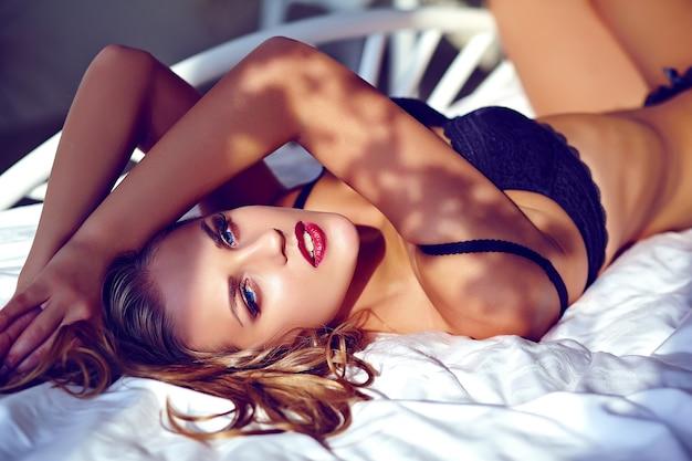Piękna Młoda Kobieta Jest Ubranym Czarnego Bielizny Lying On The Beach Na Białym łóżku Darmowe Zdjęcia