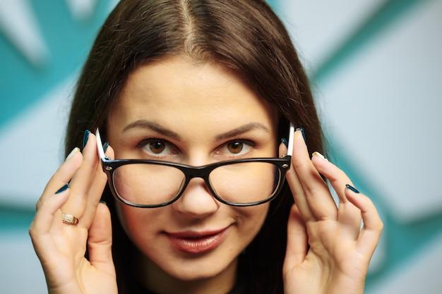 Piękna Młoda Kobieta Jest Ubranym Szkła. Premium Zdjęcia