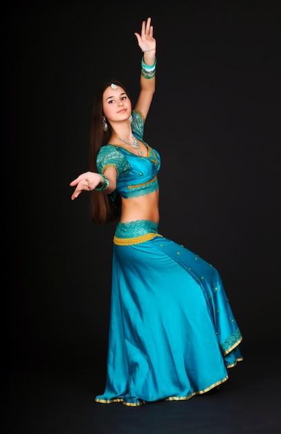 Piękna Młoda Kobieta Kaukaski Tańczy Indyjskie Tańce W Tradycyjnych Strojach I Pozowanie. Na Białym Tle Na Ciemnym Tle Premium Zdjęcia