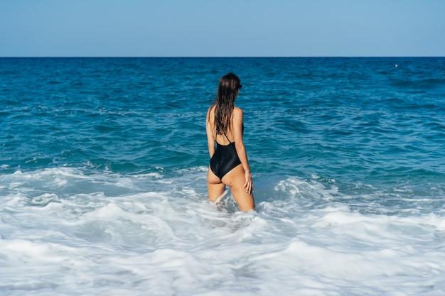 Piękna młoda kobieta odpoczywa na morzu Darmowe Zdjęcia