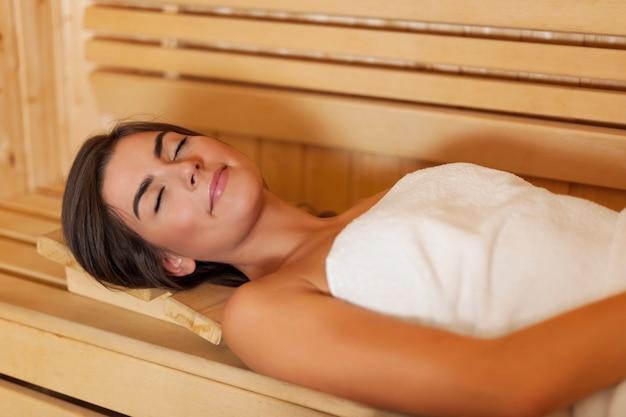 Piękna Młoda Kobieta Odpoczywa W Saunie Darmowe Zdjęcia