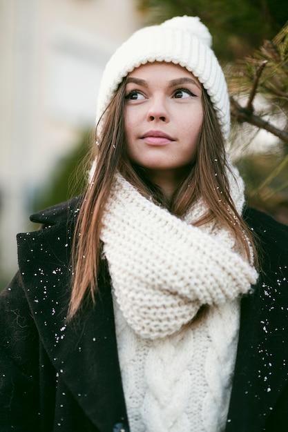 Piękna Młoda Kobieta Patrząc Od Hotelu Darmowe Zdjęcia