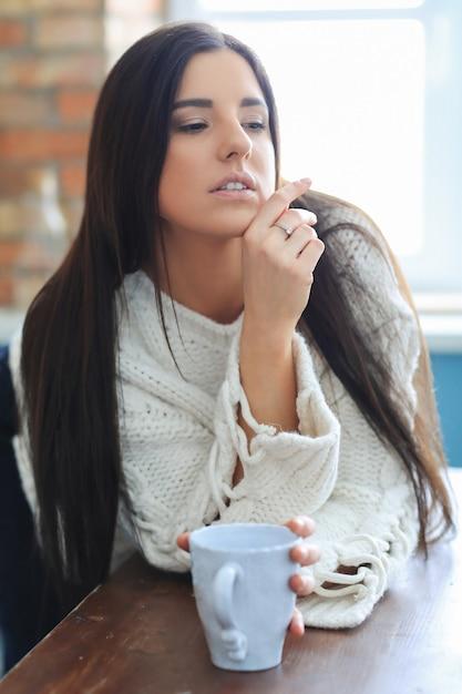 Piękna Młoda Kobieta Picia Kawy Lub Herbaty W Kuchni Darmowe Zdjęcia