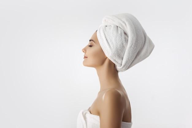 Piękna Młoda Kobieta Po Skąpania Na Białym Tle Premium Zdjęcia