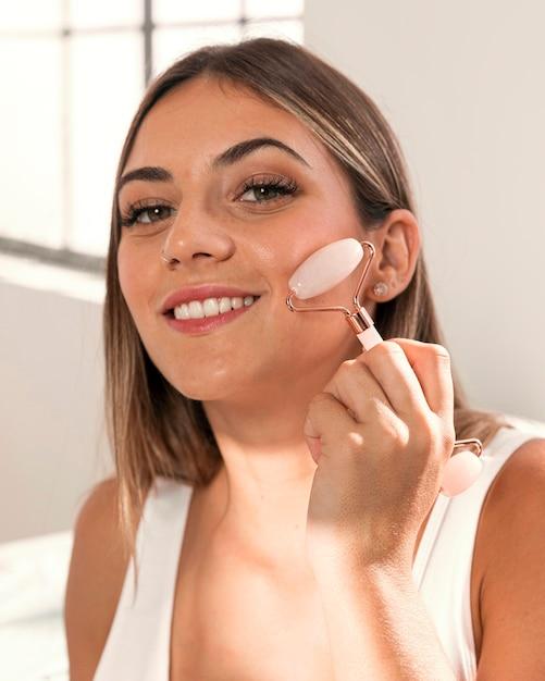 Piękna Młoda Kobieta Próbuje Produktów Kosmetycznych Darmowe Zdjęcia