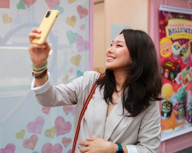 Piękna Młoda Kobieta Przy Selfie Darmowe Zdjęcia