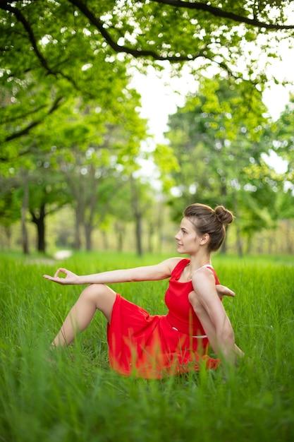 Piękna Młoda Kobieta Robi Joga W Przyrodzie Premium Zdjęcia