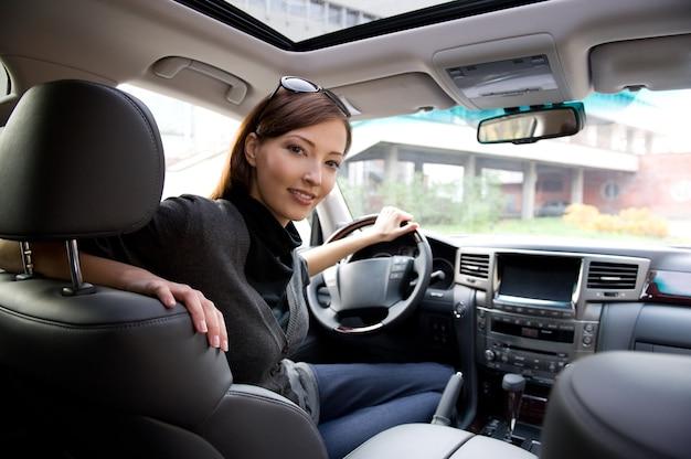 Piękna Młoda Kobieta Szczęśliwa Pozowanie Wewnątrz Nowego Samochodu Darmowe Zdjęcia