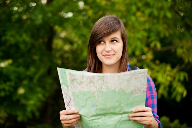 Piękna Młoda Kobieta Trzyma Mapę Darmowe Zdjęcia