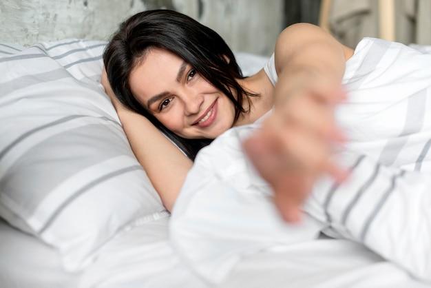 Piękna Młoda Kobieta Uśmiecha Się Darmowe Zdjęcia