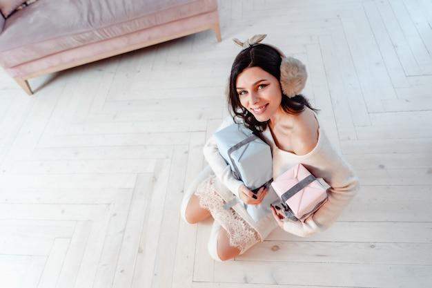 Piękna Młoda Kobieta W Białej Sukni Pozuje Z Prezentów Pudełkami Darmowe Zdjęcia
