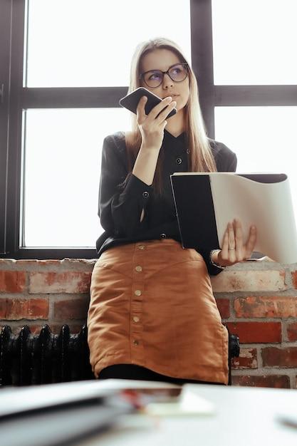 Piękna Młoda Kobieta W Domowym Biurze. Praca Z Domu. Koncepcja Telepracy Darmowe Zdjęcia