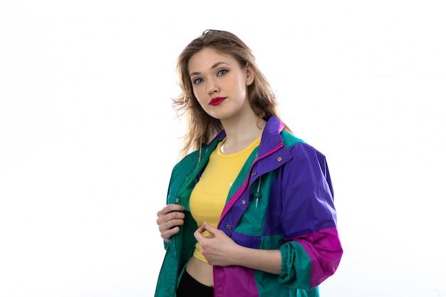 Piękna Młoda Kobieta W Kolorowej Kurtce Darmowe Zdjęcia