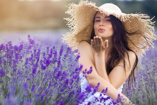 Piękna Młoda Kobieta W Lavander Polu Premium Zdjęcia