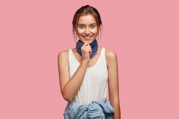Piękna Młoda Kobieta W Okularach, Pozowanie Na Różowej ścianie Darmowe Zdjęcia