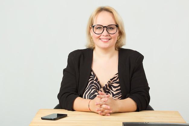 Piękna Młoda Kobieta W Okularach Premium Zdjęcia