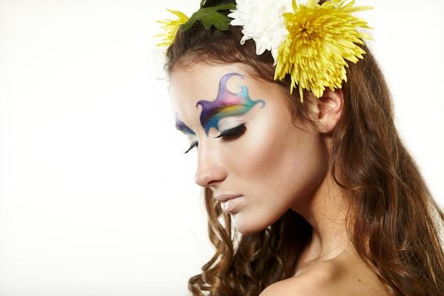 Piękna młoda kobieta z delikatnymi kwiatami we włosach Premium Zdjęcia