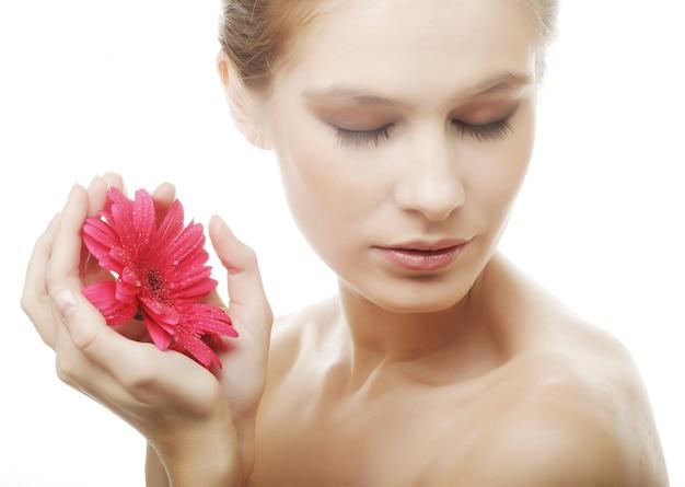 Piękna Młoda Kobieta Z Gerber Kwiatem Premium Zdjęcia