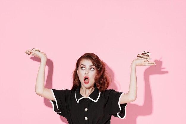 Piękna Młoda Kobieta Z Jedzeniem W Dłoniach, Kobieta Jedząca W Studio, Kolor Powierzchni, Brak Diet Premium Zdjęcia