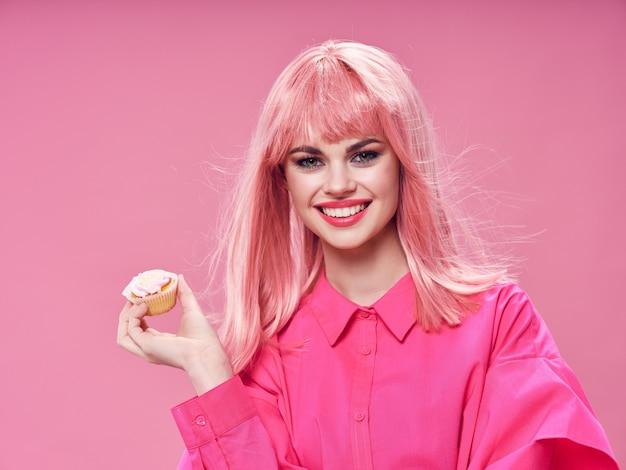 Piękna Młoda Kobieta Z Jedzeniem W Jej Rękach, Kobiety łasowanie W Studiu Premium Zdjęcia