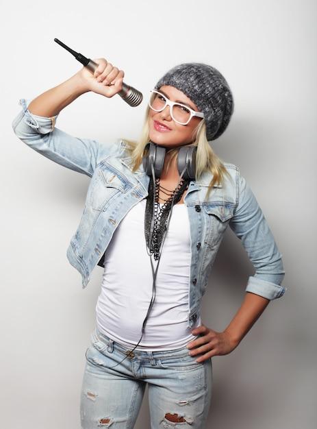 Piękna Młoda Kobieta Z Mikrofonem I Słuchawkami Premium Zdjęcia