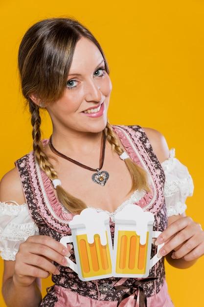 Piękna Młoda Kobieta Z Papierowymi Kubkami Darmowe Zdjęcia
